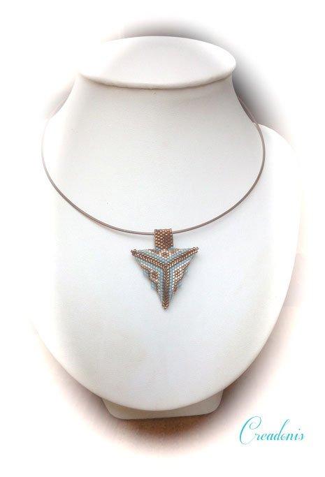 pendentif-triangle-en-3-d-en-tissage-peyote