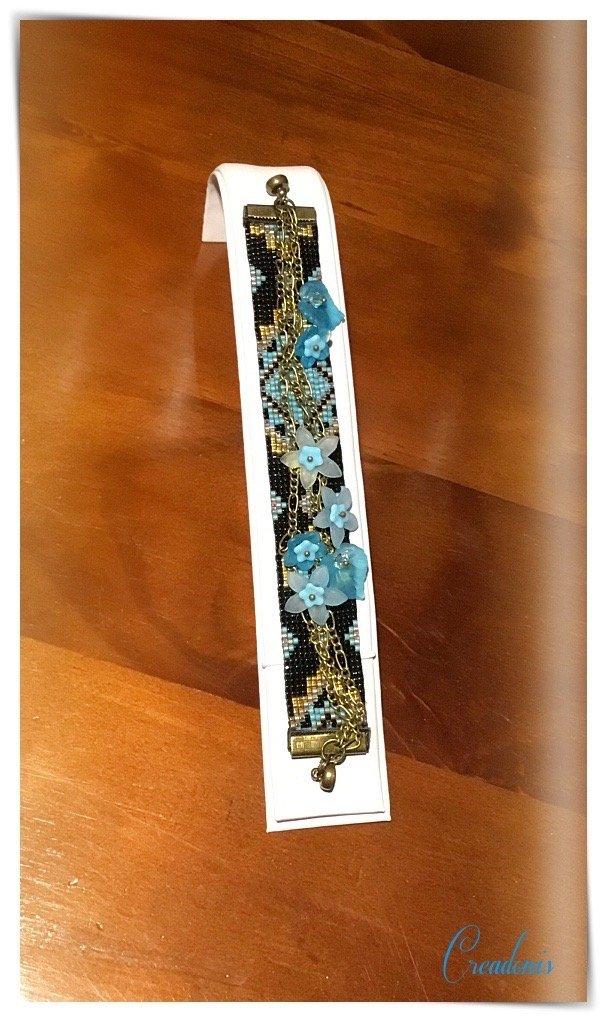 bracelet loom surmonte de chaines et fleurs lucites ok